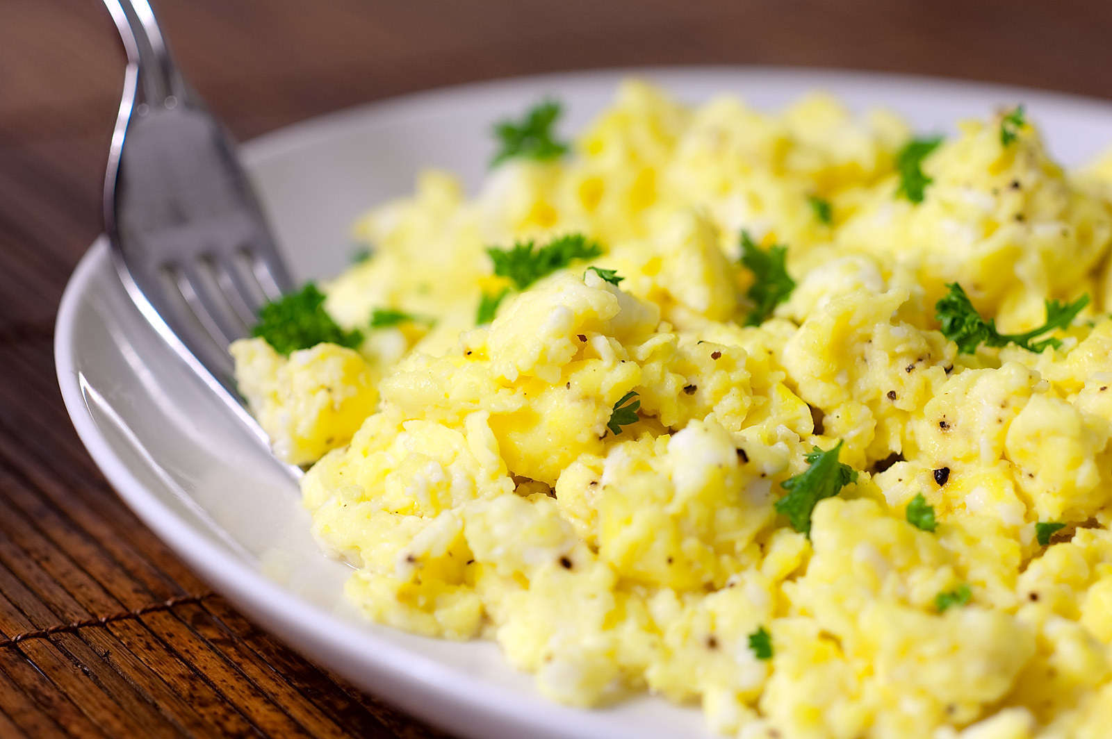 cooking perfect scrambled eggs - HD 1444×960